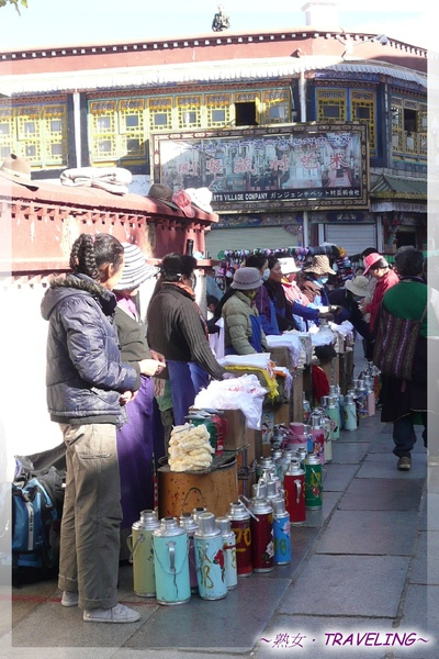 大昭寺-大門前-賣酥茶的小販.jpg