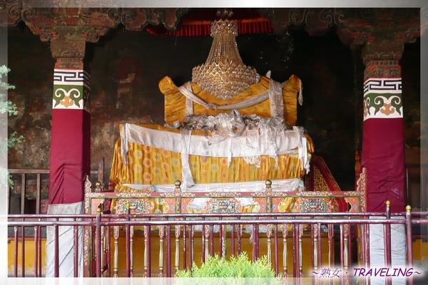大昭寺-大中庭-黃色玉座為達賴喇嘛親自監考所坐的寶座.jpg