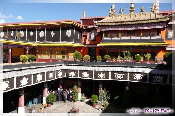 大昭寺-佛殿2樓-俯視大中庭.jpg