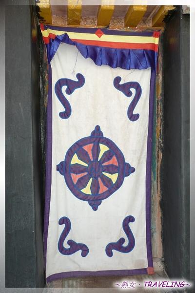 大昭寺-佛殿2樓-門簾布幔的圖案是吉祥8寶中的金輪.jpg