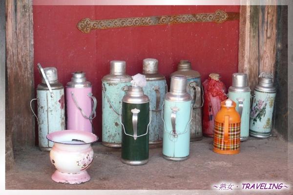 大昭寺-佛殿2樓-熱水瓶統一集中,僧人的生活很有紀律.jpg