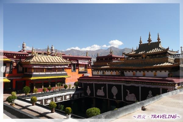 大昭寺-3樓-在頂樓露台可以看到佛殿及其密閉式院落.jpg