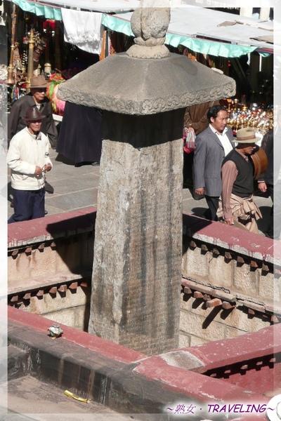 大昭寺-頂樓-被圍牆圍起來的唐蕃會盟碑.jpg
