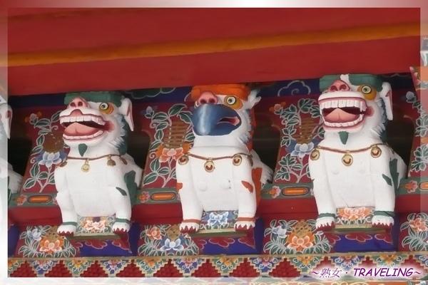 羅布林卡-入口大門門楣上的雪獅和大鵬金翅鳥子雕像.jpg