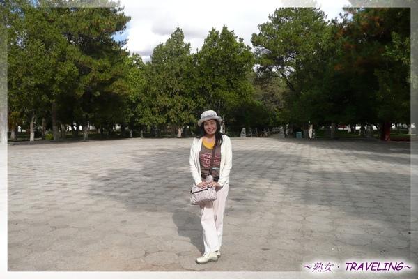 羅布林卡-康松思倫-前面的這片廣場為舉行雪頓節之處,下午有藏戲表演.jpg