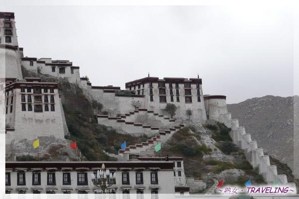 布達拉宮-下為藏軍司令部,中間山角為東大堡,中間左為凱旋堡.jpg
