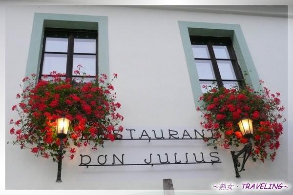 庫倫洛夫-旅館的窗戶很簡單,但花讓它生命了起來.jpg