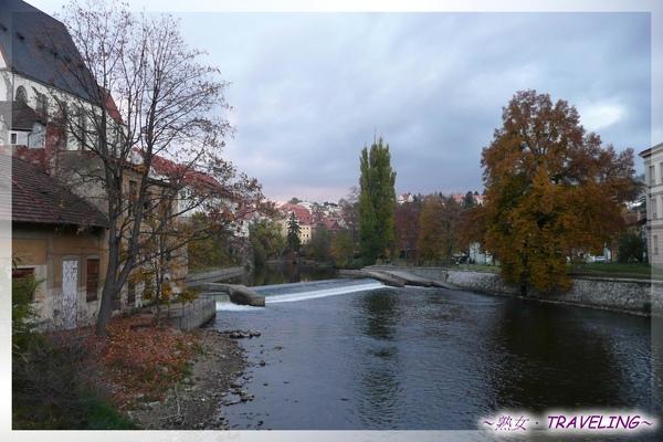 庫倫洛夫-初見伏爾塔瓦河-這裏近上遊區,到布拉格變成大河了.jpg