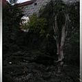 庫倫洛夫-城堡-養有幾隻熊乾涸護城壕溝,沒看到熊熊.jpg