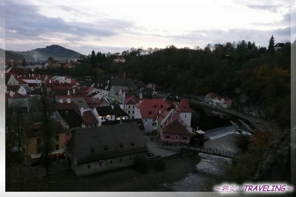 庫倫洛夫-城堡橋廊-俯視被山丘圍繞的迷人小鎮.jpg