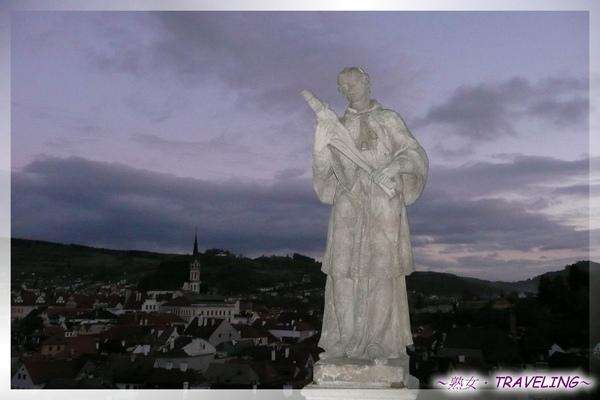 庫倫洛夫-城堡橋廊-橋墩上的石雕像.jpg