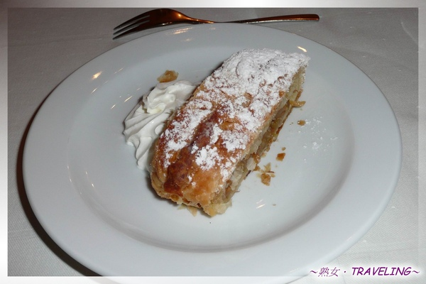 庫倫洛夫-舊城廣場吃晚餐-沾糖霜和奶油的軟麵包.jpg