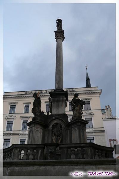 庫倫洛夫-舊城廣場-建於119年的黑死病紀念石柱.jpg