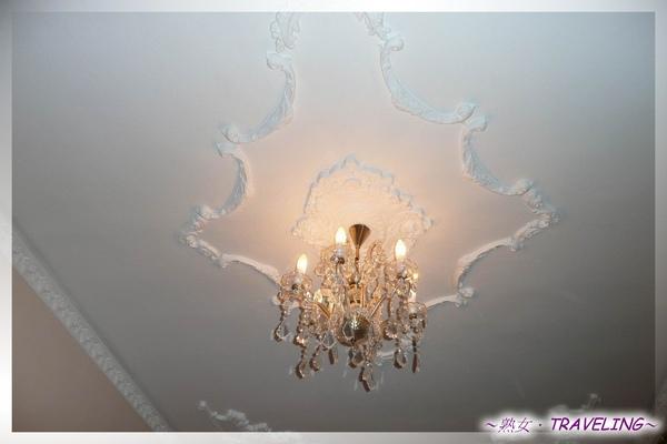 庫倫洛夫-歐洲初夜-房間的波西米亞水晶燈2.jpg