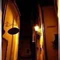 庫倫洛夫-晨間私遊-看到巷底完全睡著的聖喬斯塔教堂2.jpg