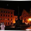 庫倫洛夫-晨間私遊-睡眠中的舊城廣場和黑死病紀念柱.jpg