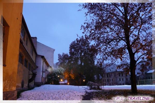 庫倫洛夫-旅館前的雪景3.jpg
