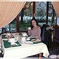 庫倫洛夫-吃早餐-優雅貴婦坐在圓窗前欣賞初雪,有氣質呀.jpg