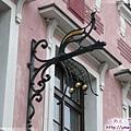 布拉格-前往查理大橋-孔雀造型的鑄鐵招牌.jpg