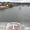 查理大橋-橋欄上的徽章像指標,指引伏爾塔瓦河流向.jpg