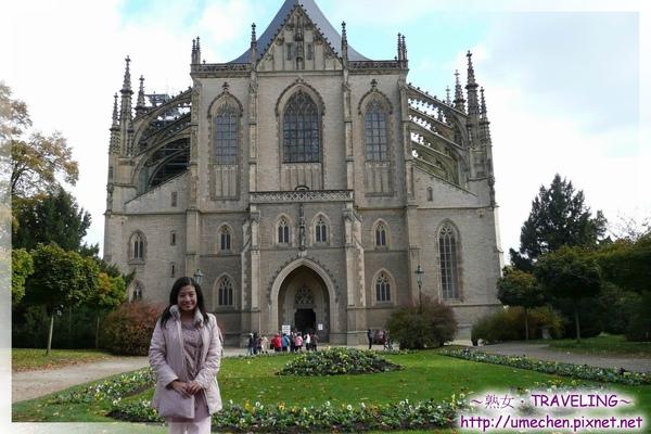庫納霍拉-聖芭芭拉教堂-教堂全景和花園.jpg
