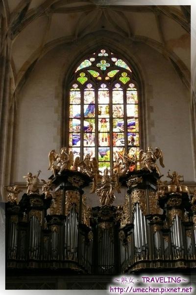 庫納霍拉-聖芭芭拉教堂-大門上方的玻璃窗花和二樓的管風琴.jpg