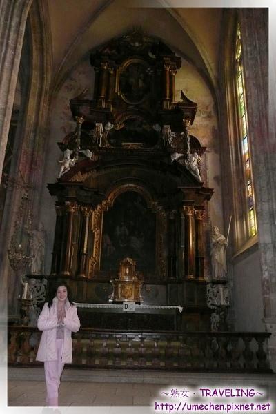 庫納霍拉-聖芭芭拉教堂-共8個禮拜堂設在主祭壇兩邊.jpg