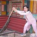 甲居藏寨-1樓的狗頭鍘(底下是底屋豬圈,菜菜用此鍘切碎掉下餵豬).jpg