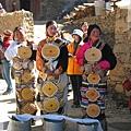 理塘-藏族婚禮-新郎妹妹站大門等待迎親團.jpg
