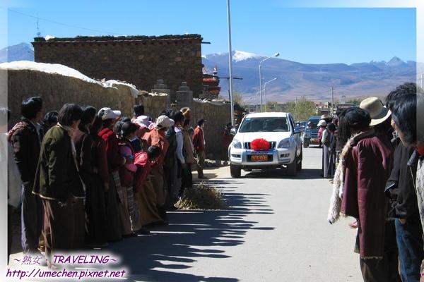 理塘-藏族婚禮-親友鄰居夾道迎接迎親團.jpg