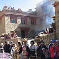 理塘-藏族婚禮-男方家擠滿了看新娘的人潮(包括我們).jpg