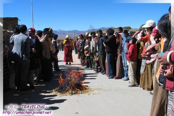 理塘-藏族婚禮-和台灣的新娘過火爐意思一樣吧.jpg