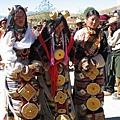 理塘-藏族婚禮-新娘(1)2位伴娘挽著新娘的手.jpg