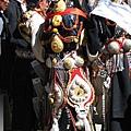 理塘-藏族婚禮-新娘(4)頭上2個饅頭和身上的飾品可能有十公斤(但粉讚).jpg