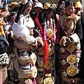 理塘-藏族婚禮-新娘(5)暫停在院外大門,等待男方祈福儀式.jpg