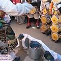 理塘-藏族婚禮-男方祈福(1)新郎妹妹前面擺3盆水放枝葉及哈達.jpg