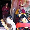 理塘-藏族婚禮-喇嘛祈福(2)灑小米或青稞之類.jpg