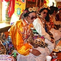 理塘-藏族婚禮-迎親團和喇嘛坐大廳的主桌(桌上擺滿食物).jpg