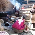 理塘-藏族婚禮-院子裏忙煮菜.jpg