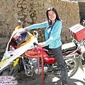 理塘-藏族婚禮-我騎藏人的重型機車(把手都裝飾鬚鬚).jpg