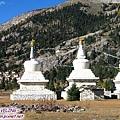 奔波寺-建在山麓下的古寺和草原上的白塔.jpg