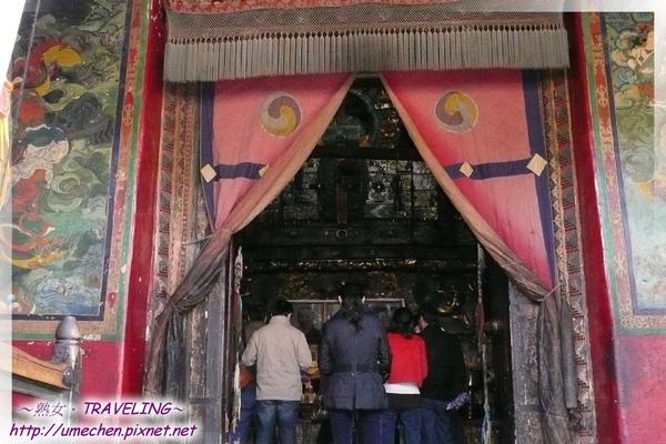 札什倫布寺-5-9世班禪靈塔祈殿-靈塔前除所供奉的班禪照片或畫像外,還會有現任11世班禪照片,他現在還在北京讀書.jpg