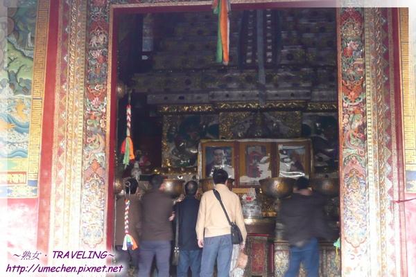 札什倫布寺-十世班禪靈塔祈殿-殿裏是泹盤全身及輝煌的金箔靈塔.jpg