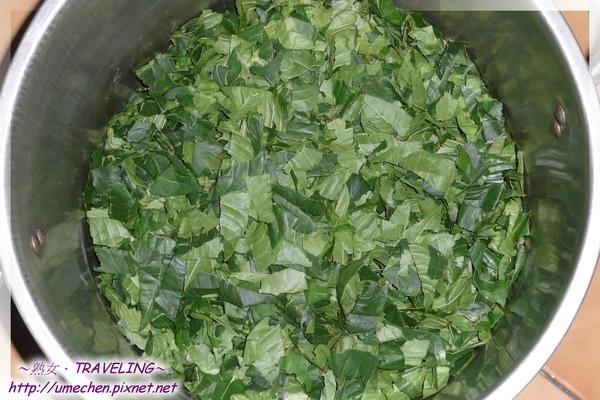 做香樁醬4-2-葉肉撕成小片放鍋子.jpg