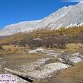 洛絨牛場-雪山下的草甸及乾水期的溪.jpg