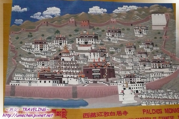 江孜飯店-大廳-壁上描述白居寺的藏毯,江孜是著名藏毯產地.jpg