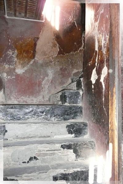 十萬佛塔-第4層-每層樓都是這樣窄窄的樓梯連接.jpg