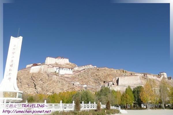 宗山英雄紀念碑-由紀念碑廣場仰望屹立在宗山之上的古堡遺址.jpg