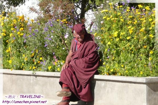 札什倫布寺-廣場-曬太陽唸佛的老喇嘛(1.jpg