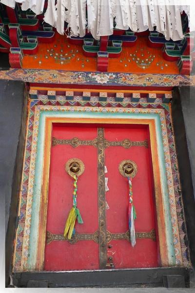 札什倫布寺-四世禪靈塔祈殿外-這樣充滿藏風的門,在許多佛殿中常見.jpg